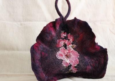 Lila Tasche mit Blumen